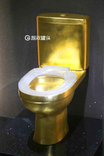 进博会镶嵌4万多颗钻石的黄金马桶亮相 价值128万美元